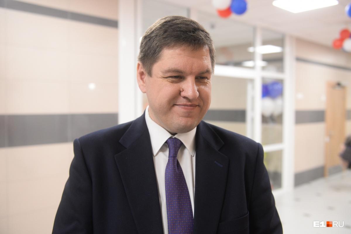 Директор школы Андрей Семкин рад, что 134-я школа сможет снова перейти на односменку