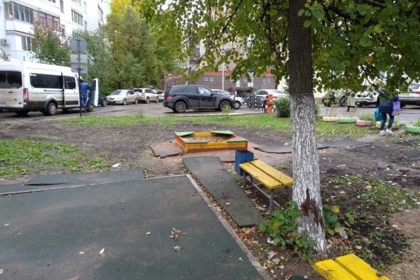 Так теперь выглядит некогда обустроенная детская площадка