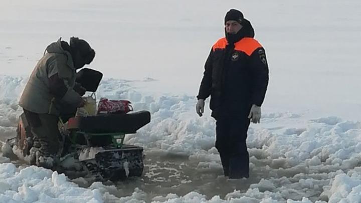 За один день новосибирские спасатели помогли трём рыбакам, замерзающим на льду