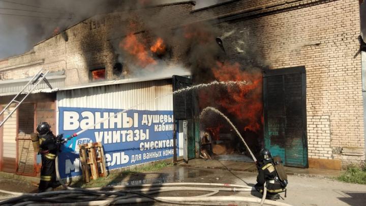 МЧС: в Волгограде на оптовой базе Тулака горит склад площадью 10 000 квадратных метров