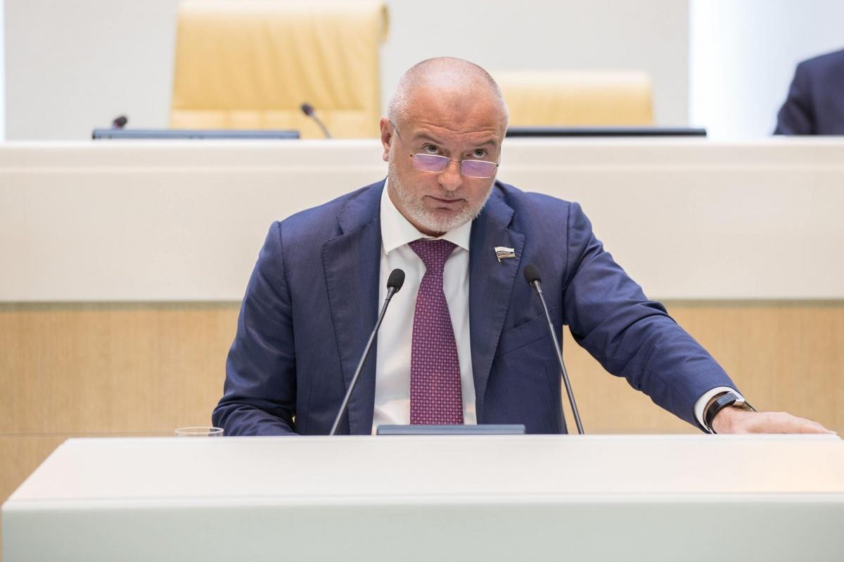 Сенатор Андрей Клишас за несколько месяцев внёс сразу три законопроекта, вызвавших бурное обсуждение