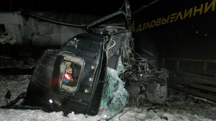 В Зауралье при столкновении четырех фур на трассе «Иртыш» серьезно пострадали два человека