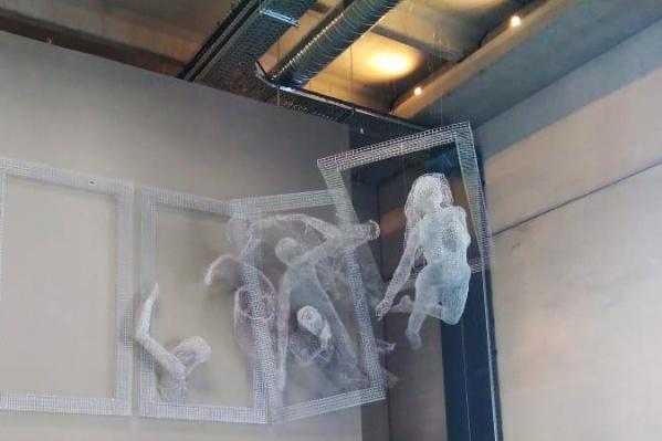 Новосибирский скульптор сплёл для французского игрового комплекса 10-метровую композицию из проволоки