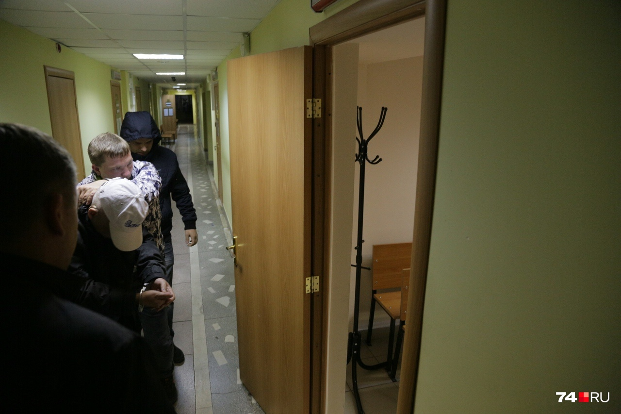 9 октября оперативники привезли в суд первого подозреваемого, но уже на следующий день его отпустили на свободу