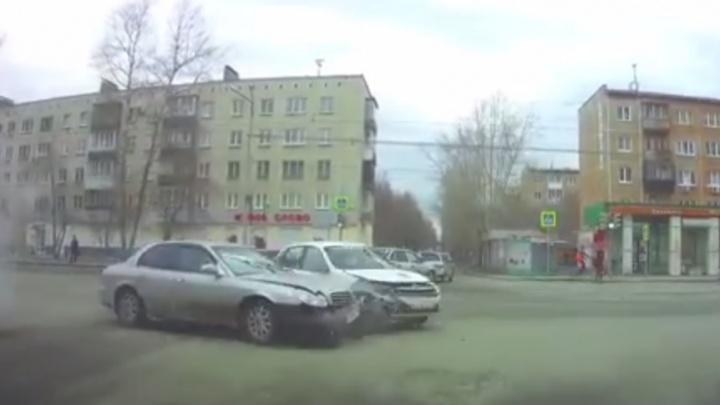 На Уралмаше столкнулись две легковушки —от удара машины отбросило на пешеходов