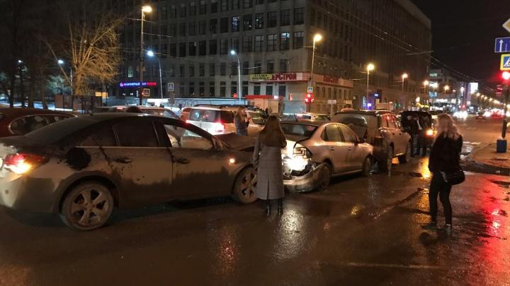 «Он был под наркотиками»: в центре Екатеринбурга водитель Chevrolet влетел в три иномарки
