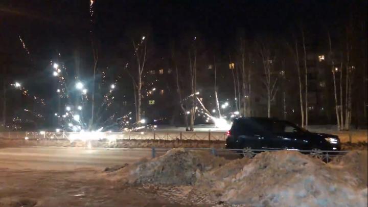 До неба не долетел: архангелогородец снял на видео, как фейерверк выстрелил по проезжей части