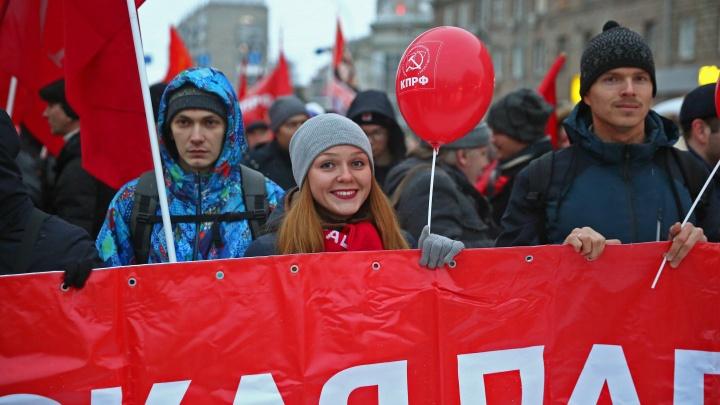 Сотни новосибирцев устроили шествие по Красному проспекту в честь годовщины революции