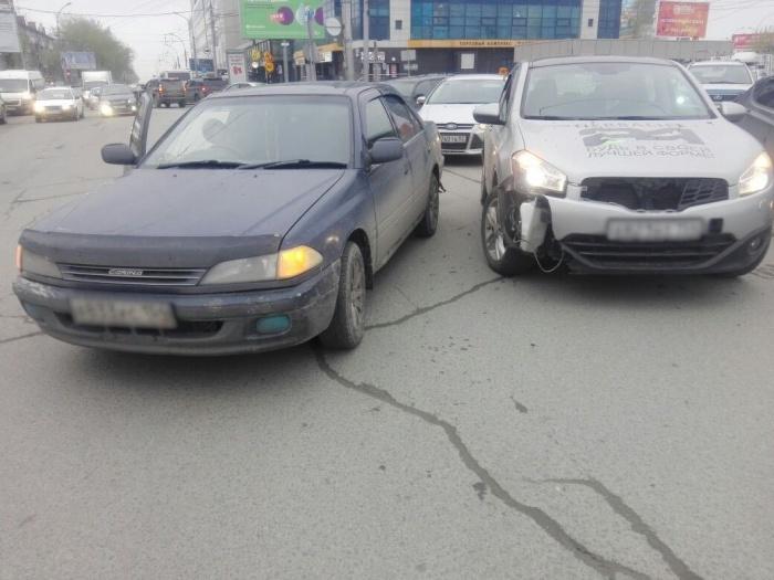По словам водителя «Ниссана», её подрезала другая машина
