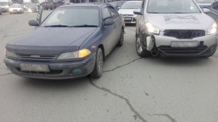 Наглый водитель спровоцировал столкновение «Ниссана» и «Тойоты» на Маркса