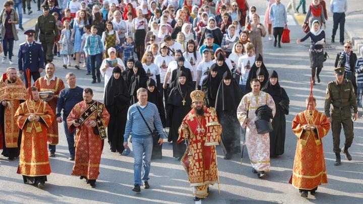 В Волгограде верующие совершили Пасхальный крестный ход: фоторепортаж