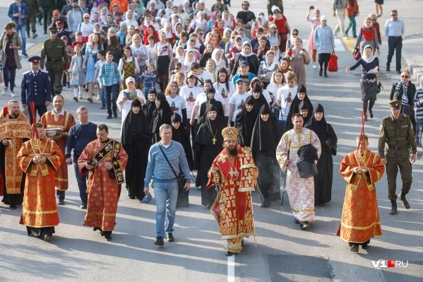 Яркие кадры с пасхального шествия во главе с митрополитом Феодором