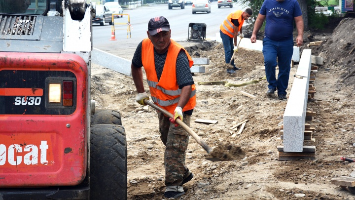Названы сроки ремонта разбитой дороги на Урванцева