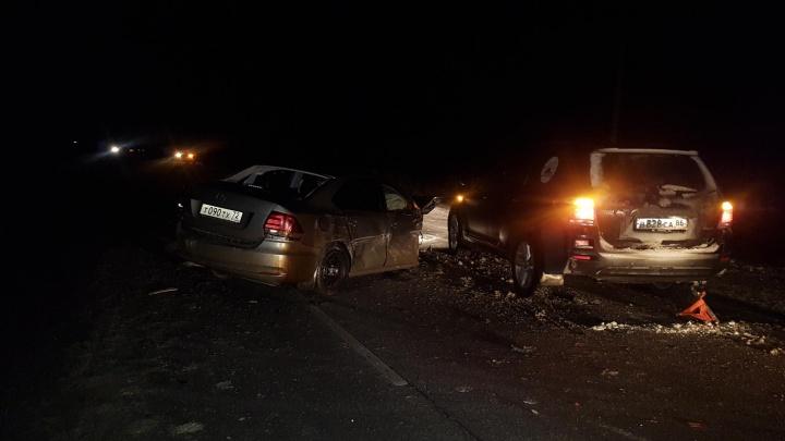 Volkswagen столкнулся с тягачом и четырьмя легковушками: массовое ДТП произошло на тюменской трассе