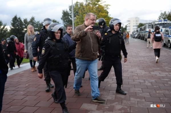 Журналистов отвезли в отдел полиции, несмотря на наличие редакционных удостоверений
