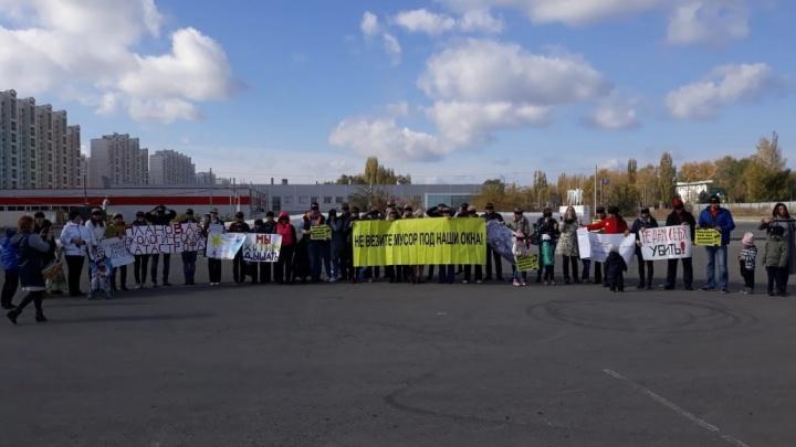 «Хотим дышать»: в Левенцовке прошел пикет против строительства мусороперерабатывающего завода