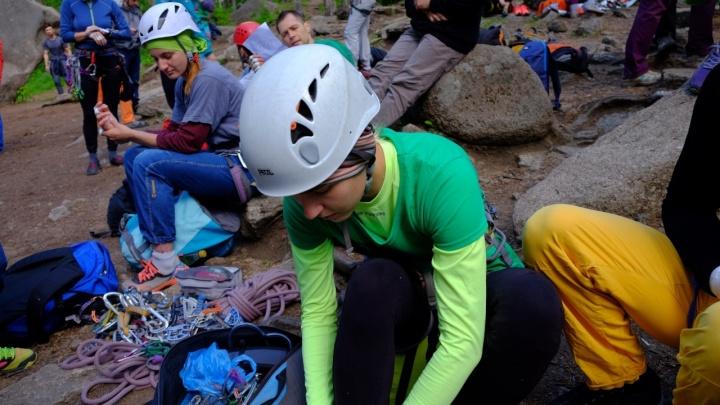 Во время соревнований по альпинизму на «Столбах» со скалы упал человек
