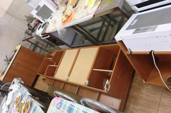Четыре шкафа ушибли пятиклассниц в кабинете технологии для девочек
