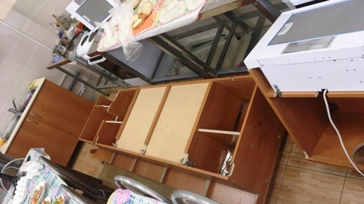 Следователи выяснили причину падения шкафов на школьниц в кабинете труда