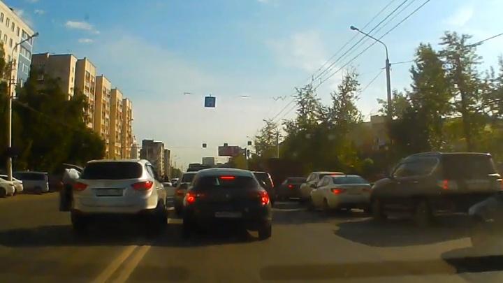 Дорожные войны: в Уфе двое водителей устроили разборки на проезжей части