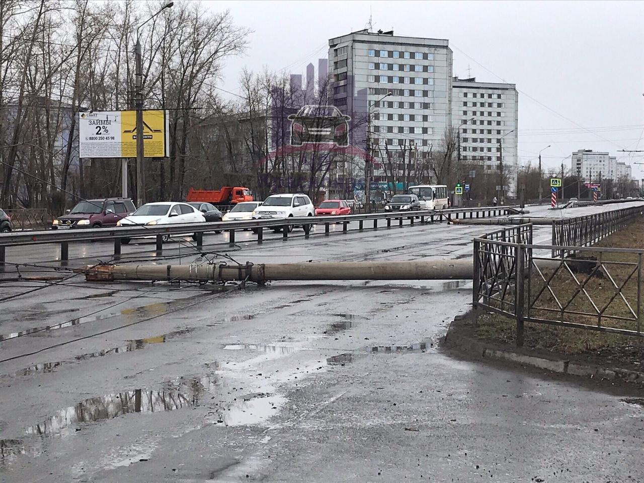 Столб упал на проспекте Металлургов