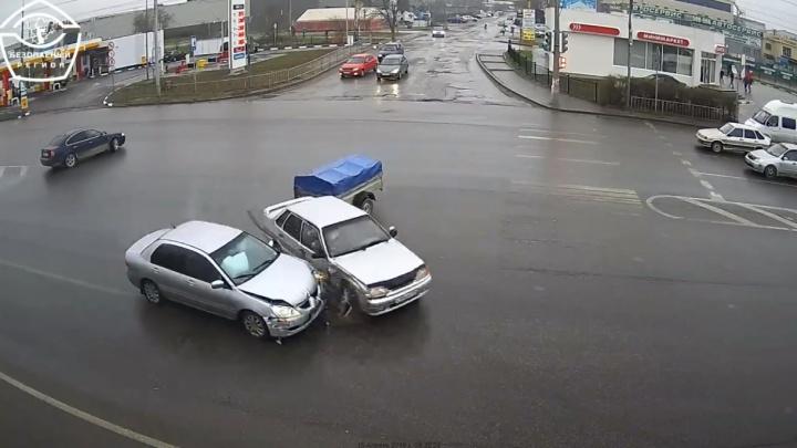 На оживленной магистрали Волгограда иномарка протаранила ВАЗ с прицепом: опубликовано видео