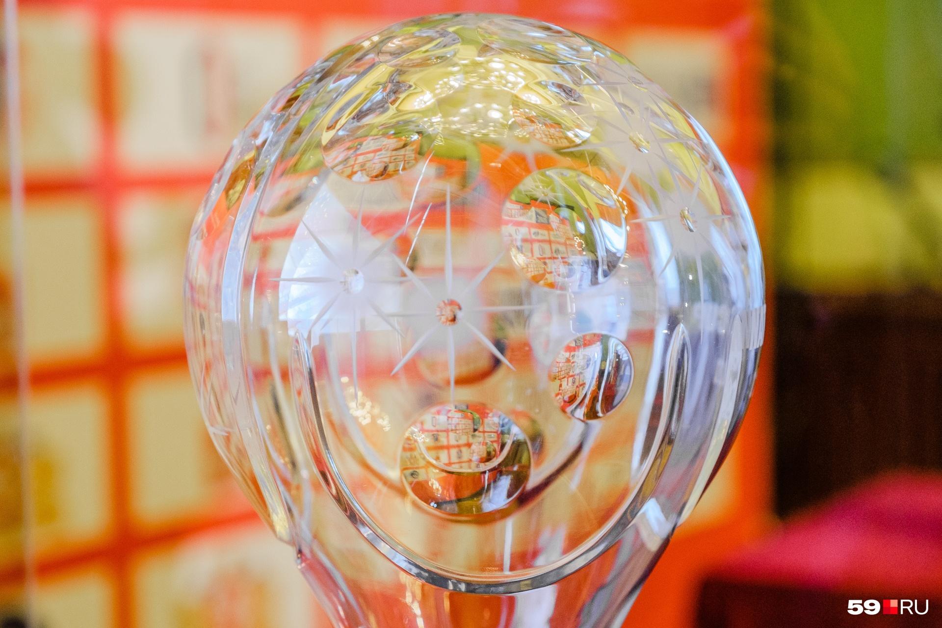 Хрустальный глобусэксклюзивно делает компания Joshka и немецкие стеклодувы