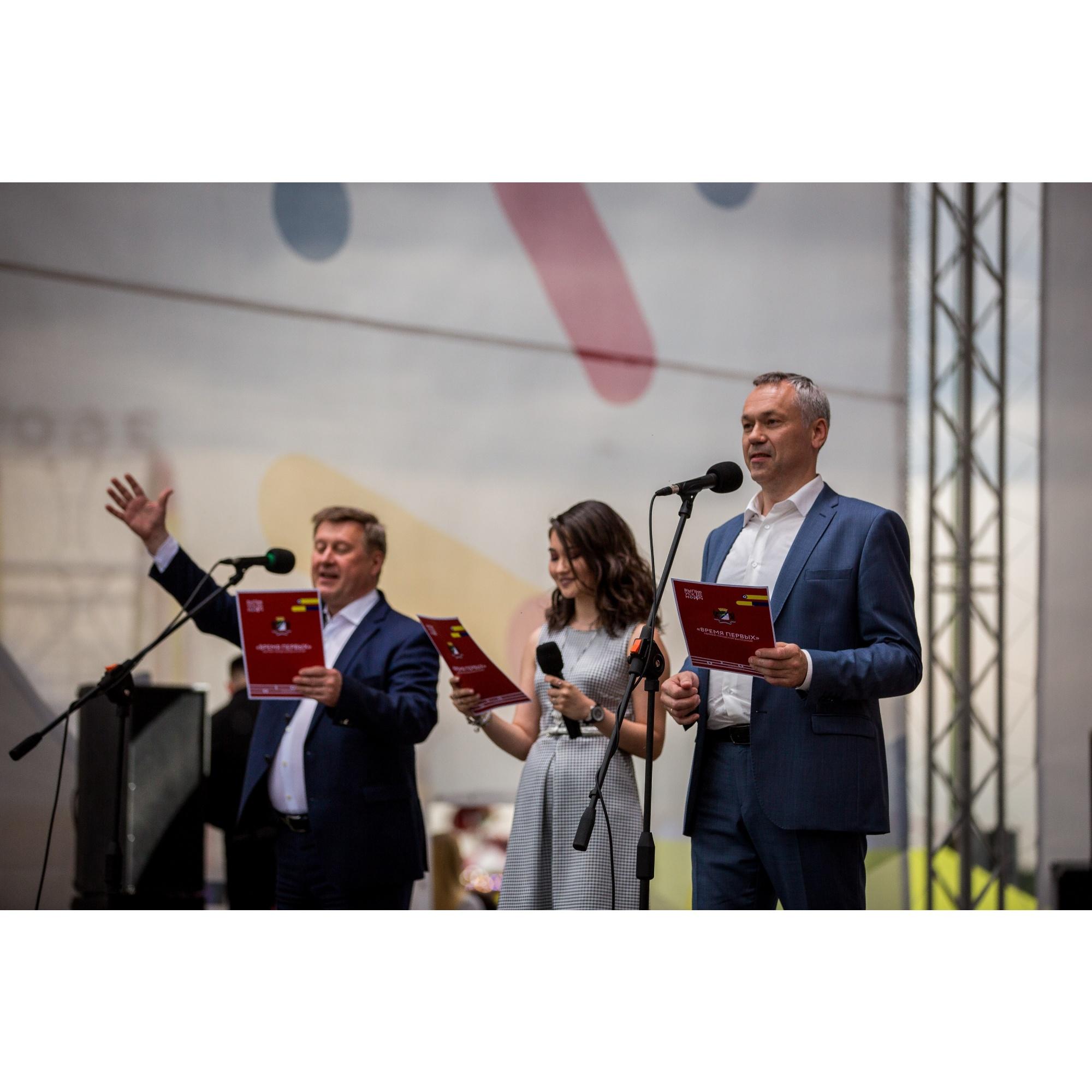Анатолий Локоть и Андрей Травников поздравили выпускников