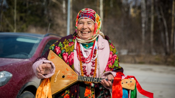 «Я если не пою — соседи беспокоятся»: невероятная история бабушки с балалайкой— символа Академа