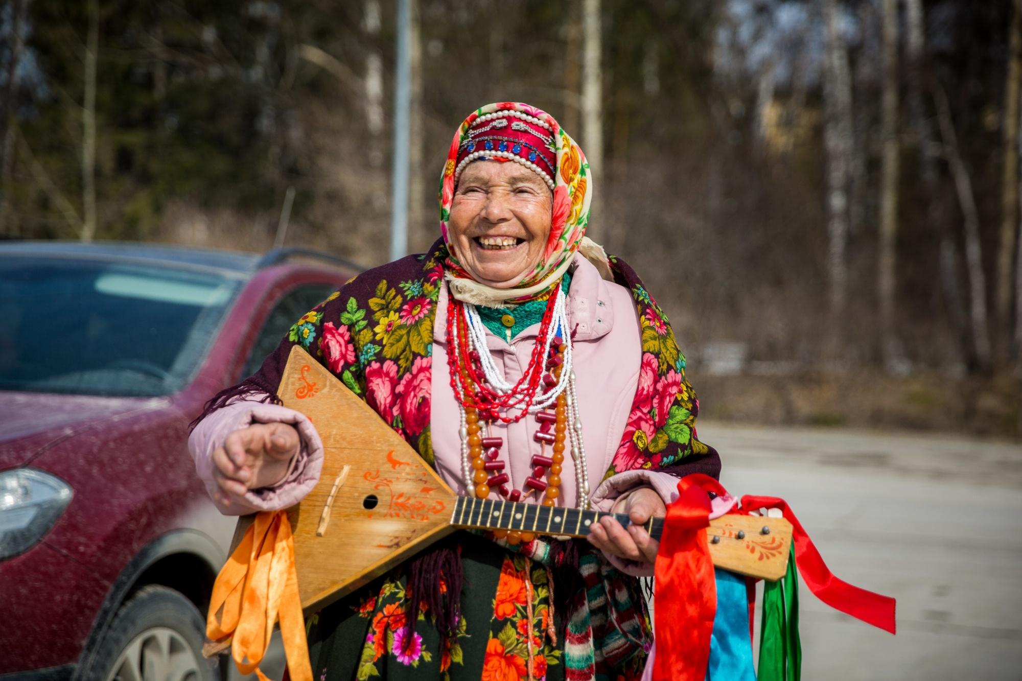 «Я если не пою — соседи беспокоятся»: невероятная история бабушки с балалайкой — символа Академа