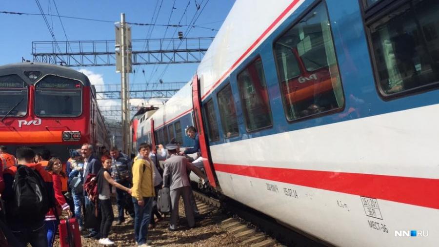В столице столкнулись поезд иэлектричка, есть пострадавшие