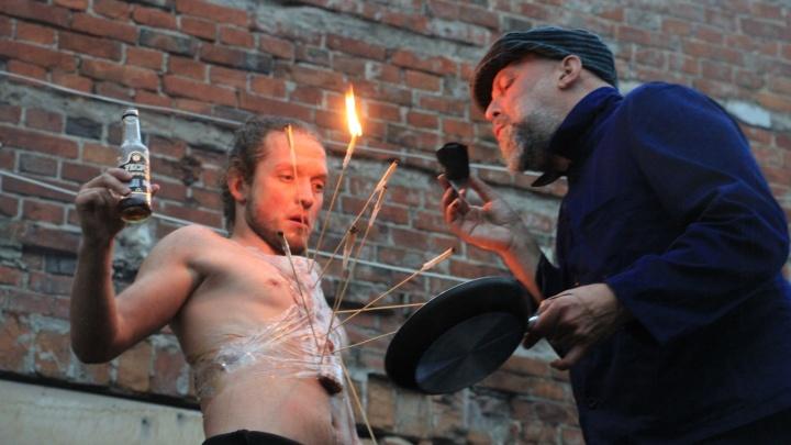 Разводили огонь, отбивали мясо, покорялись дождю: в Архангельске показали перформанс о теле и душе