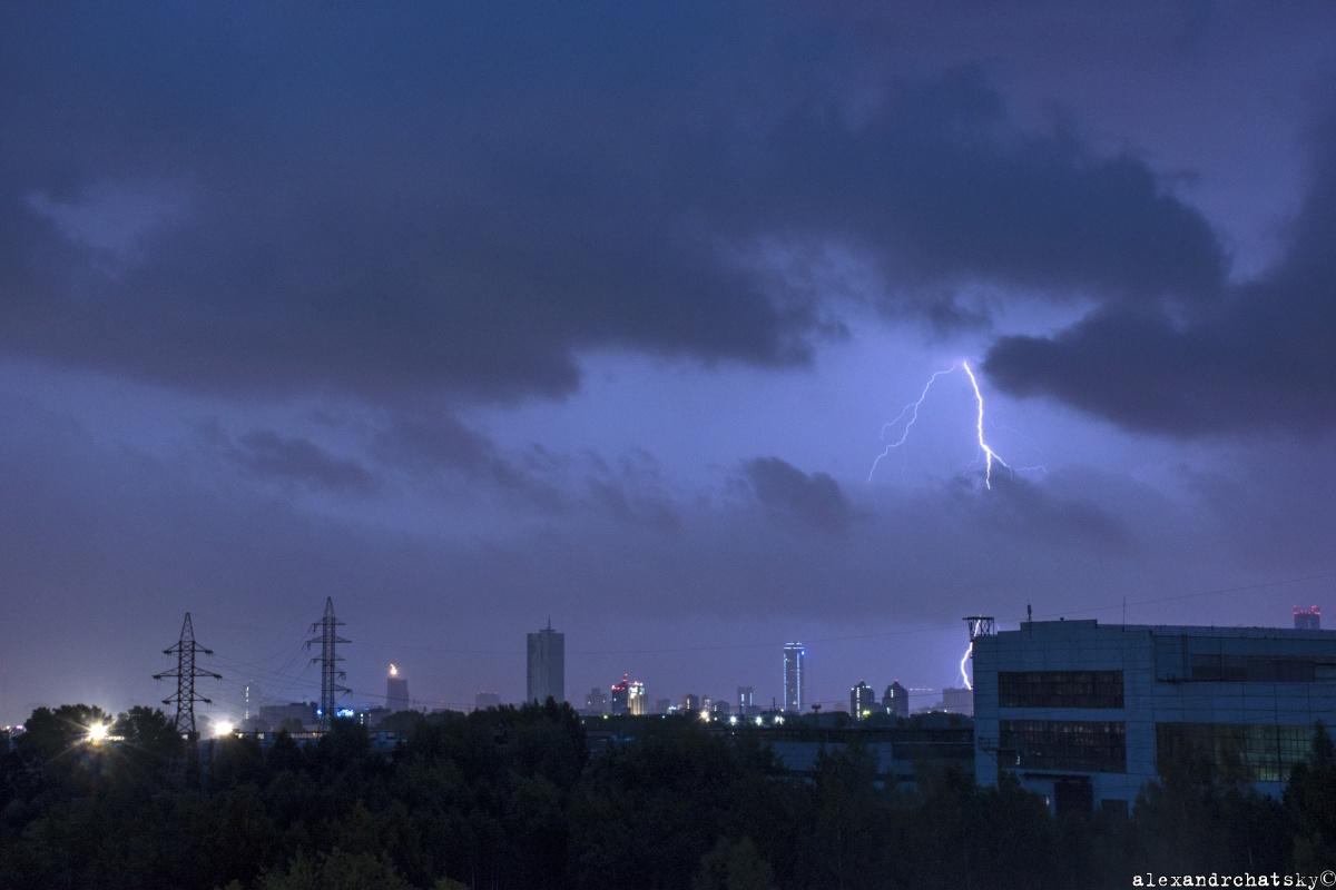 Затопленные улицы, поваленные деревья и заглохшие авто: онлайн после ночной грозы в Екатеринбурге