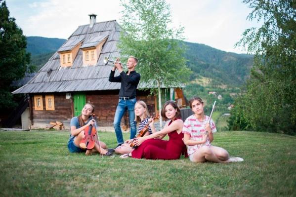 Репетируют участники фестиваля прямо на лужайке