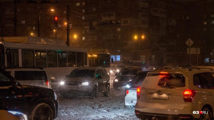 «Тут — ДТП, там — сугроб»: снегопад опять спровоцировал в Самаре гигантские пробки