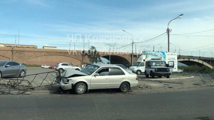 Неожиданно заглохший автомобиль въехал в ограждение на Дубровинского