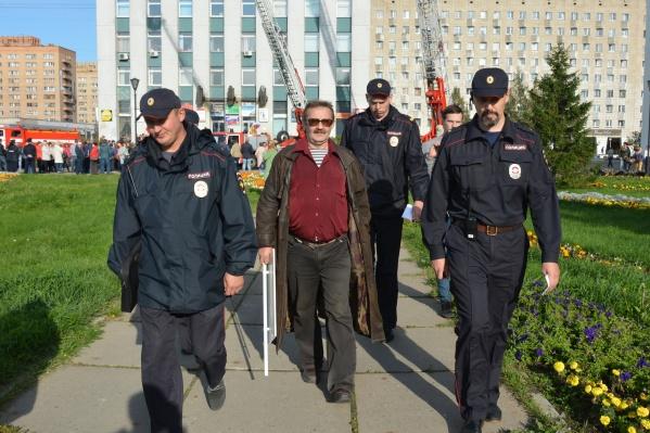 Игорь Ермаченков в сопровождении полиции 9 сентября 2018 года