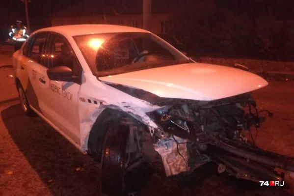 Машина с наклейками «Яндекс.Такси» поворачивала с Бажова на Загорскую