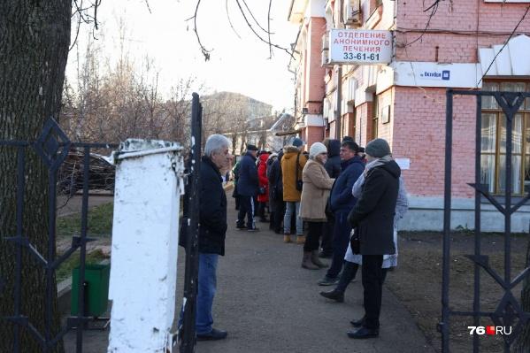 В очереди за справкой люди стояли по несколько часов на морозе