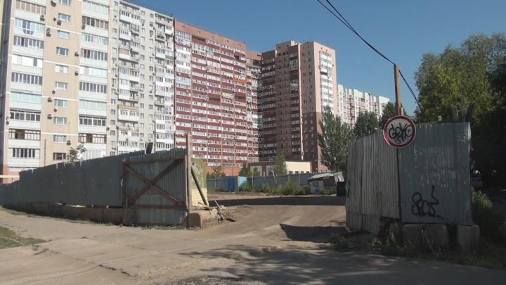 Скандальная стройка на Солнечной: застройщик засыпал котлован 18-этажного дома