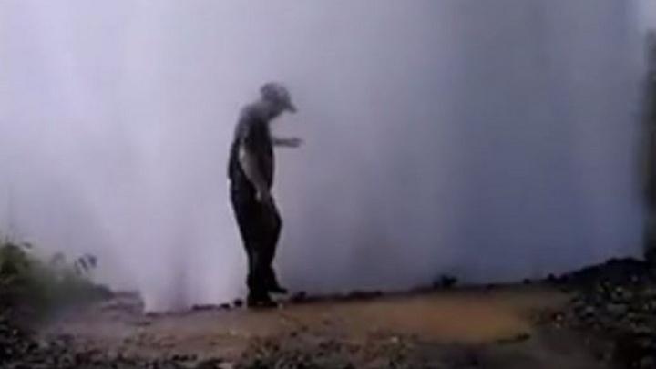 Парни на Сортировке искупались в  огромном фонтане из разорванной трубы и сняли это на видео