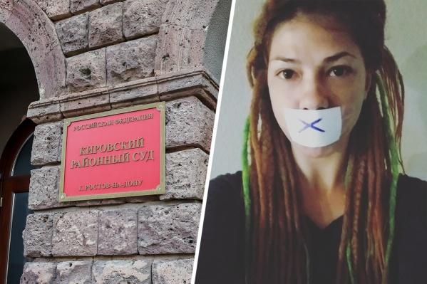 Мария Улбутова заклеила рот скотчем после судебного заседания в Кировском районном суде