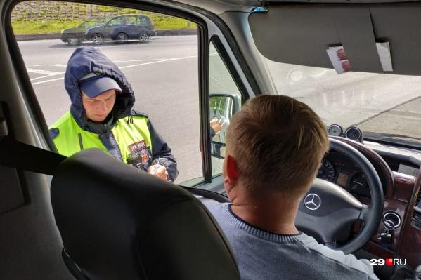 Автобус с активистами не успел выехать из Архангельска, как его остановили сотрудники ГИБДД