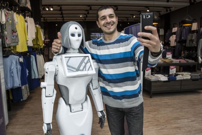 С 1 июня посетителиСТЦ «МЕГА» могут увидеть женщину-робота