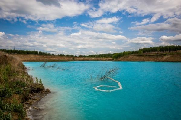 Рядом с ТЭЦ-5, в зоне которой начинаются отключения, есть маленькое озеро с голубой водой