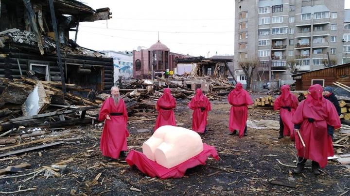 «100 плетей»: активисты хлыстом наказали снесших исторические усадьбы на Перенсона
