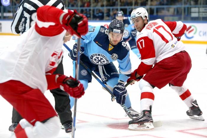 Хоккеисты «Сибири» и «Спартака» во время матча