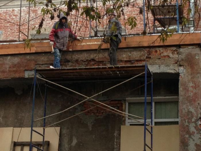 Строительные работы на фасаде театра «Старый дом»