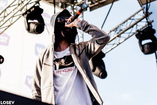 Рэпер выступает на своих концертах в лыжной маске