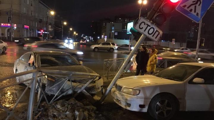 Светофор на Кирова покосился из-за влетевшей в него «Тойоты»